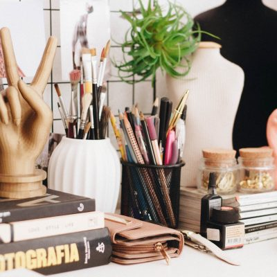Scrivania con oggetti femminili sistemati secondo il Magico potere del riordino - foto in CC tatianaberlaffa.com