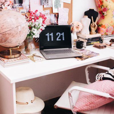 Scrivania con computer e oggetti rosa al proprio posto - foto in CC tatianaberlaffa.com