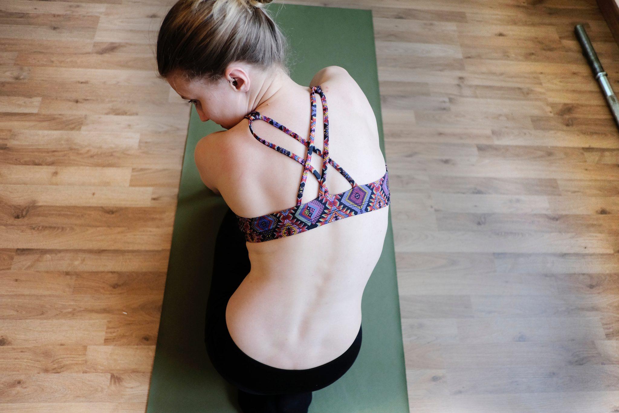 Donna su un tappetino da yoga in una fase iniziale del ciclo - foto in CC tatianaberlaffa.com