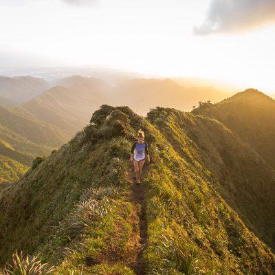 donna che passeggia sulla cima di una montagna all' aria aperta - foto in CC tatianaberlaffa.com