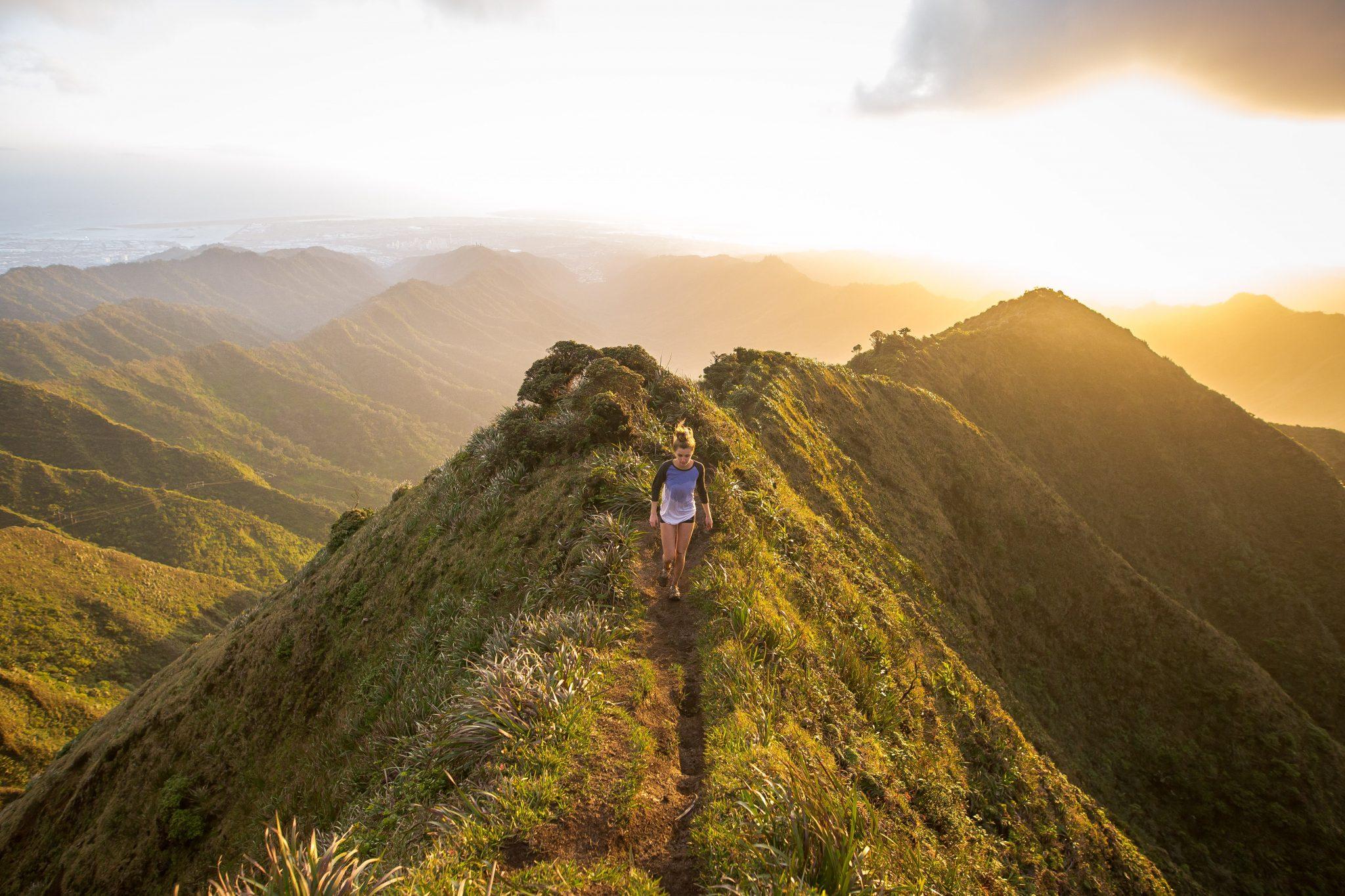 donna che passeggia sulla cima di una montagna all'aria aperta - foto in CC tatianaberlaffa.com