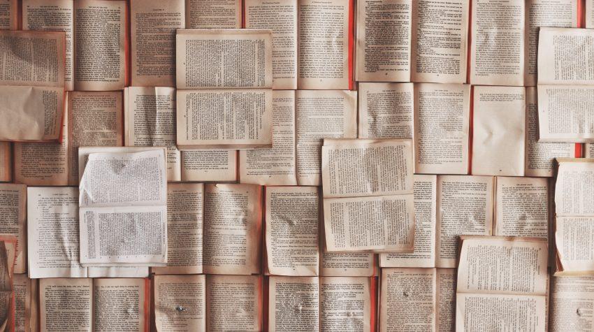 libri aperti sul pavimento da sistemare con il metodo del Magico Potere del riordino di Marie Kondo - foto in CC pubblicata da tatianaberlaffa.com