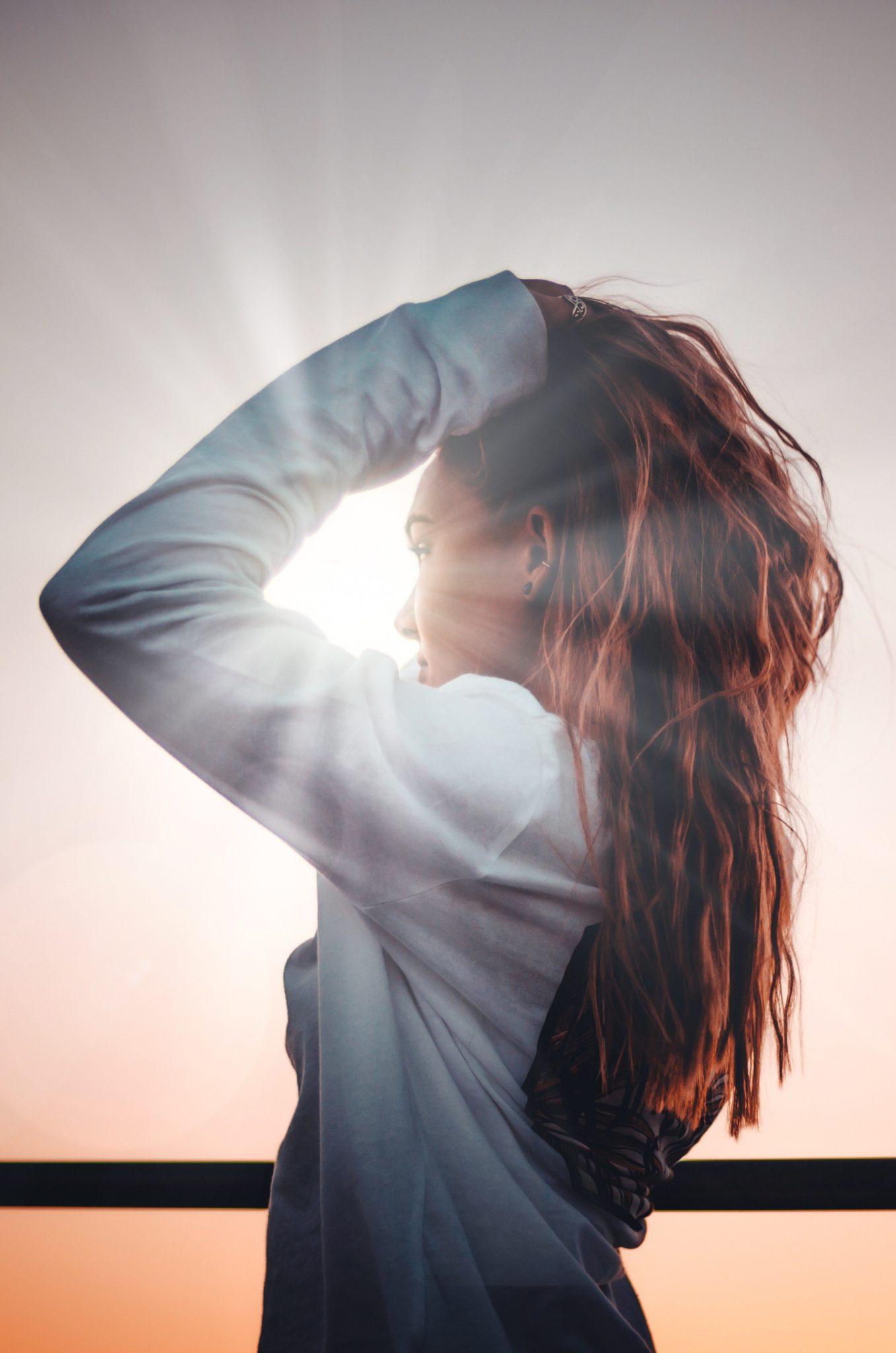 Viso di donna illuminata dal sole in una seduta di Bioenergetica - immagine in CC pubblicata da tatianaberlaffa.com