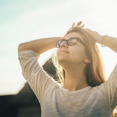 Donna che si gode l'aria aperta - test antistress - tatianaberlaffa.com