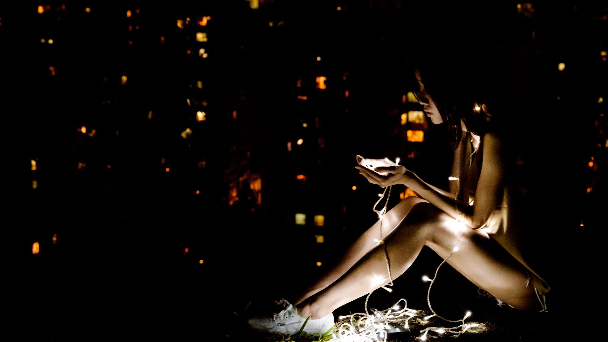 Donna che utilizza una App mindfulness sul suo smartphone - tatianaberlaffa.com