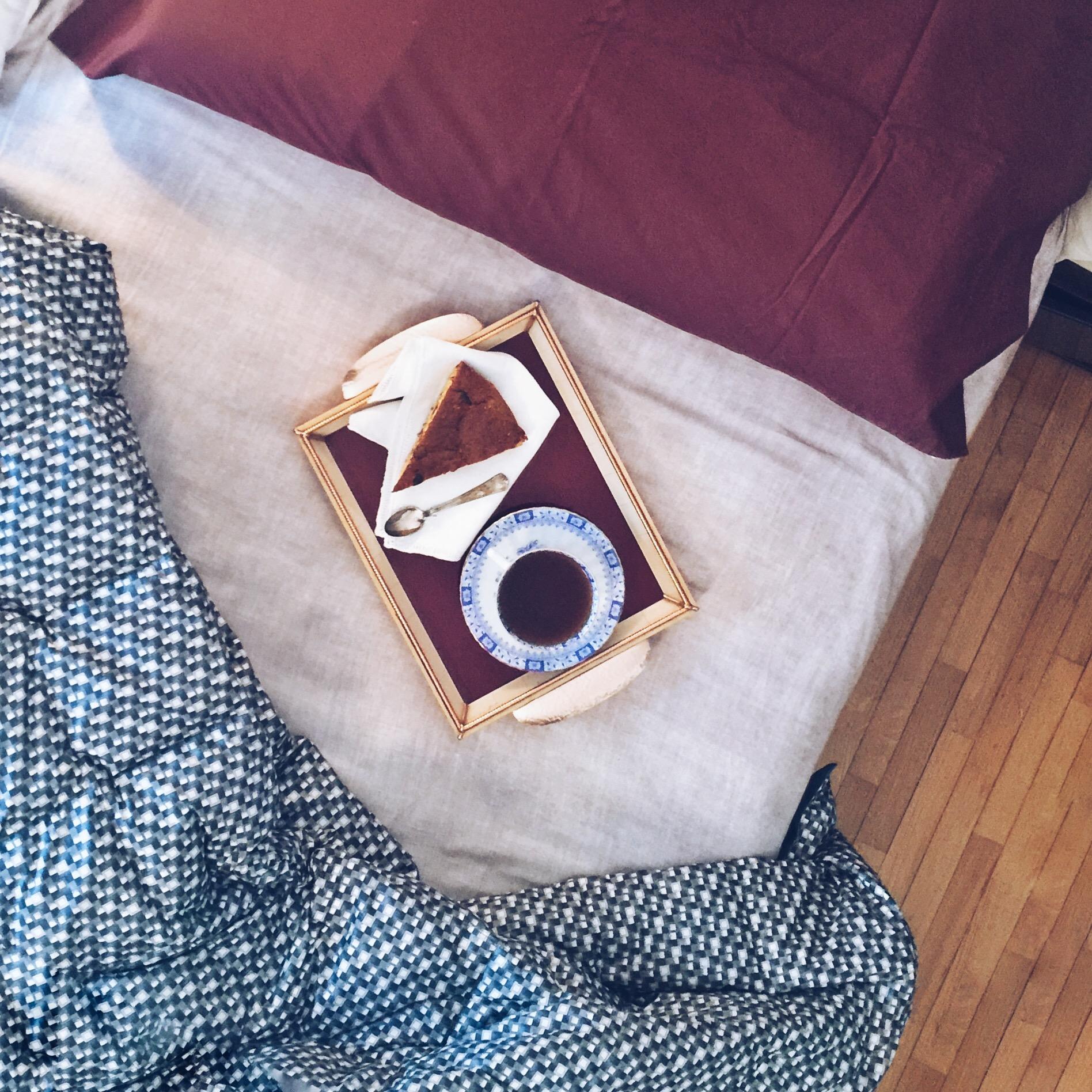 Vassoio con torta e caffè sul letto sfatto - tatianaberlaffa.com