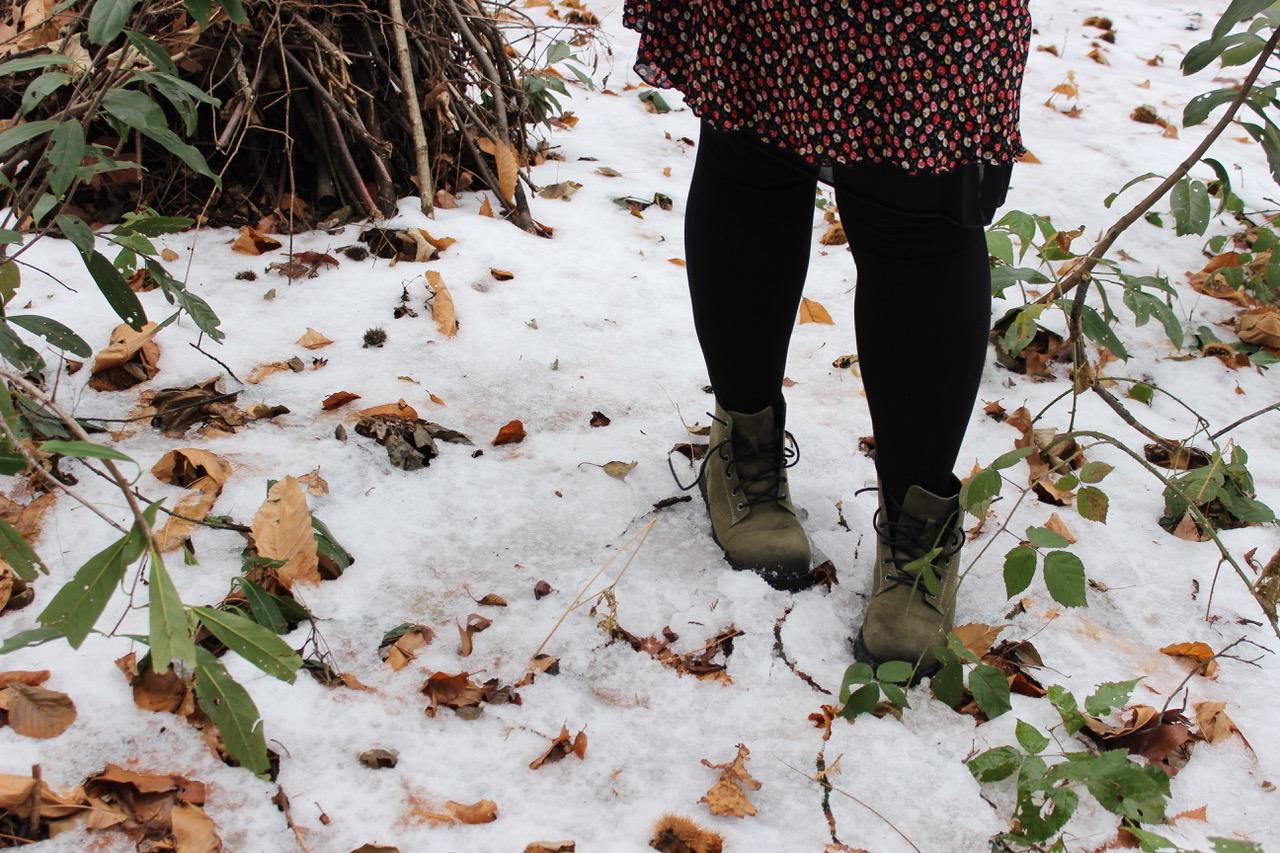 Gambe di donna che cammina in mezzo alla neve in un bosco - tatianaberlaffa.com