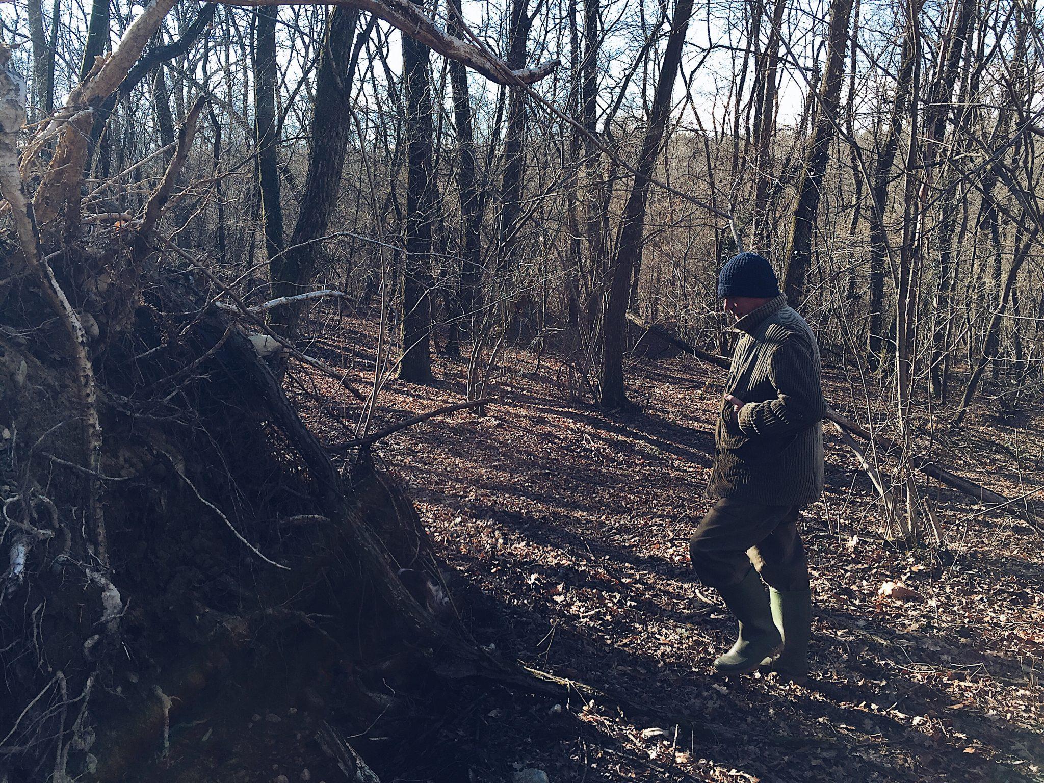 uomo che cammina nel bosco - tatianaberlaffa.com