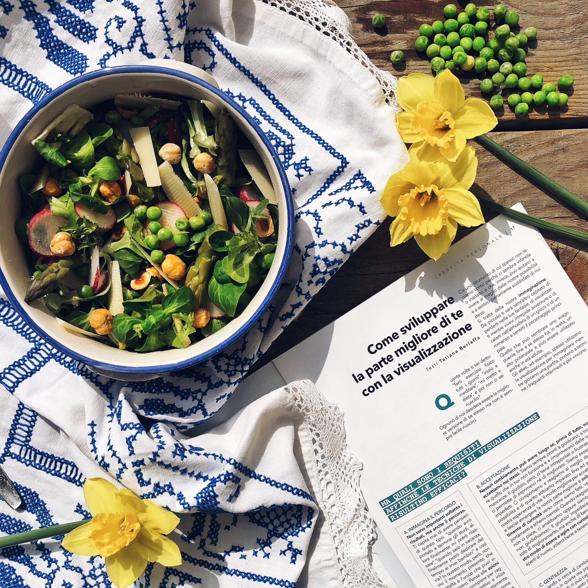 insalata con verdura, legumi, patate e pecorino accanto alla rivista Di Vita Magazine - tatianaberlaffa.com