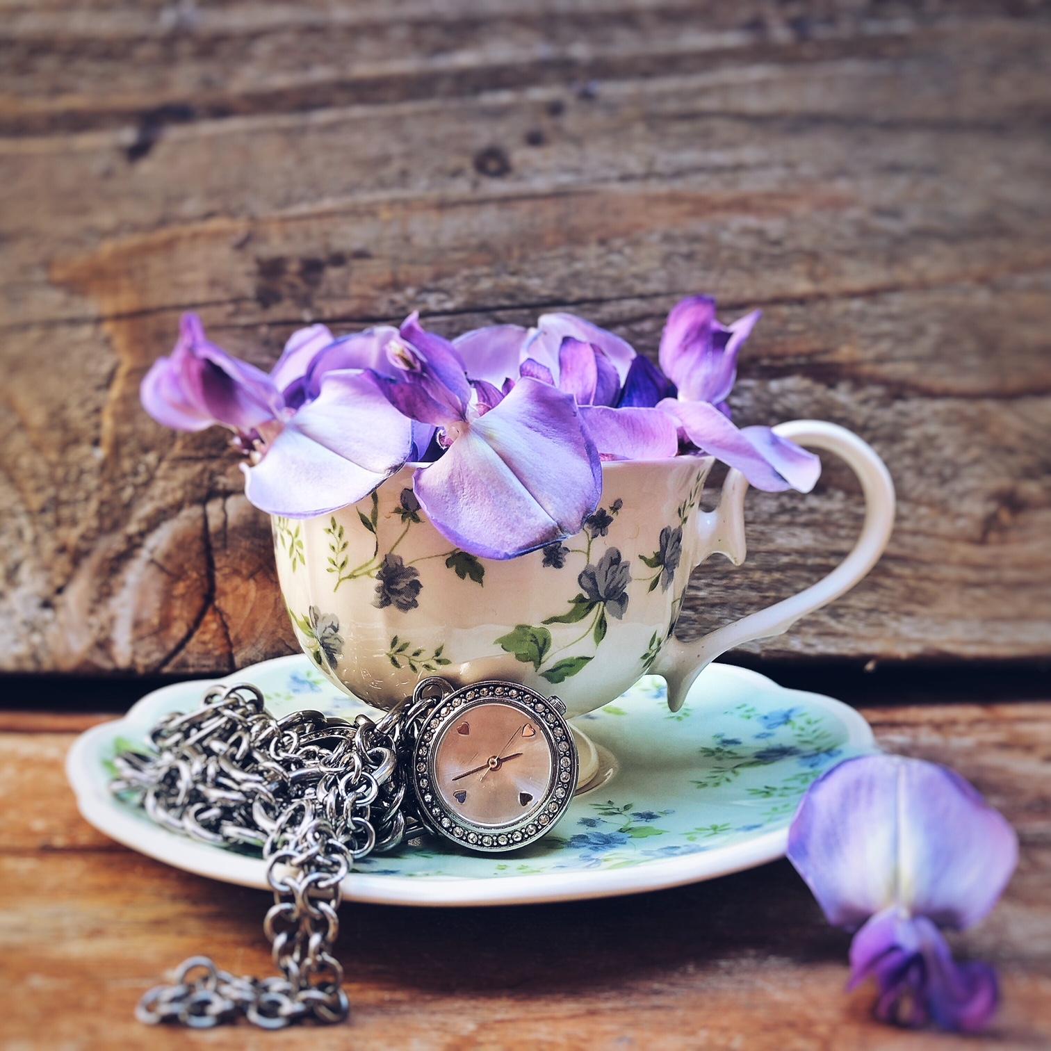 tazzina da caffè vintage con fiori viola di glicine e orologio da donna da polso - foto di tatianaberlaffa.com