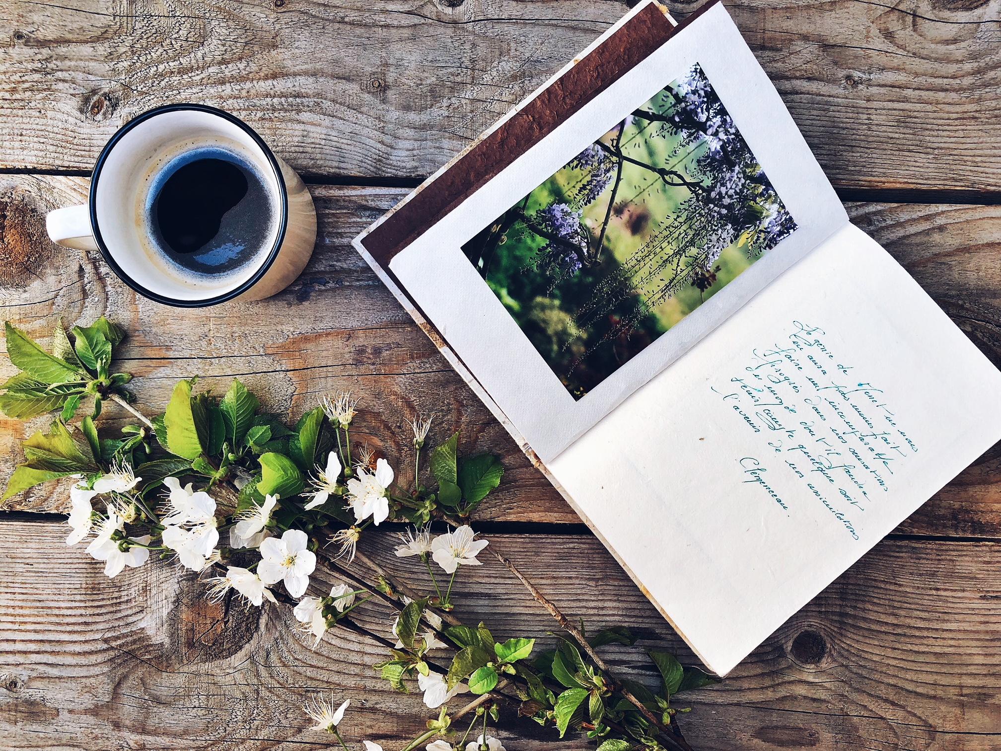 Diario personale scritto in francese con foto, tazza di caffè e fiori - tatianaberlaffa.com