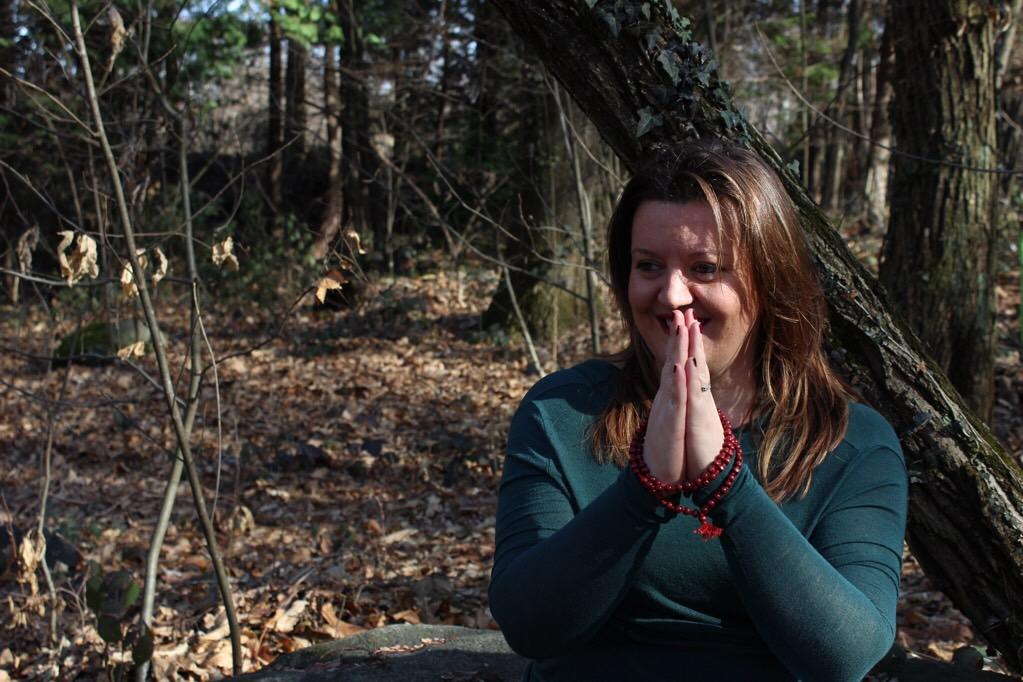 Esplora lo spazio con la meditazione - donna in un bosco in meditazione - tatianaberlaffa.com