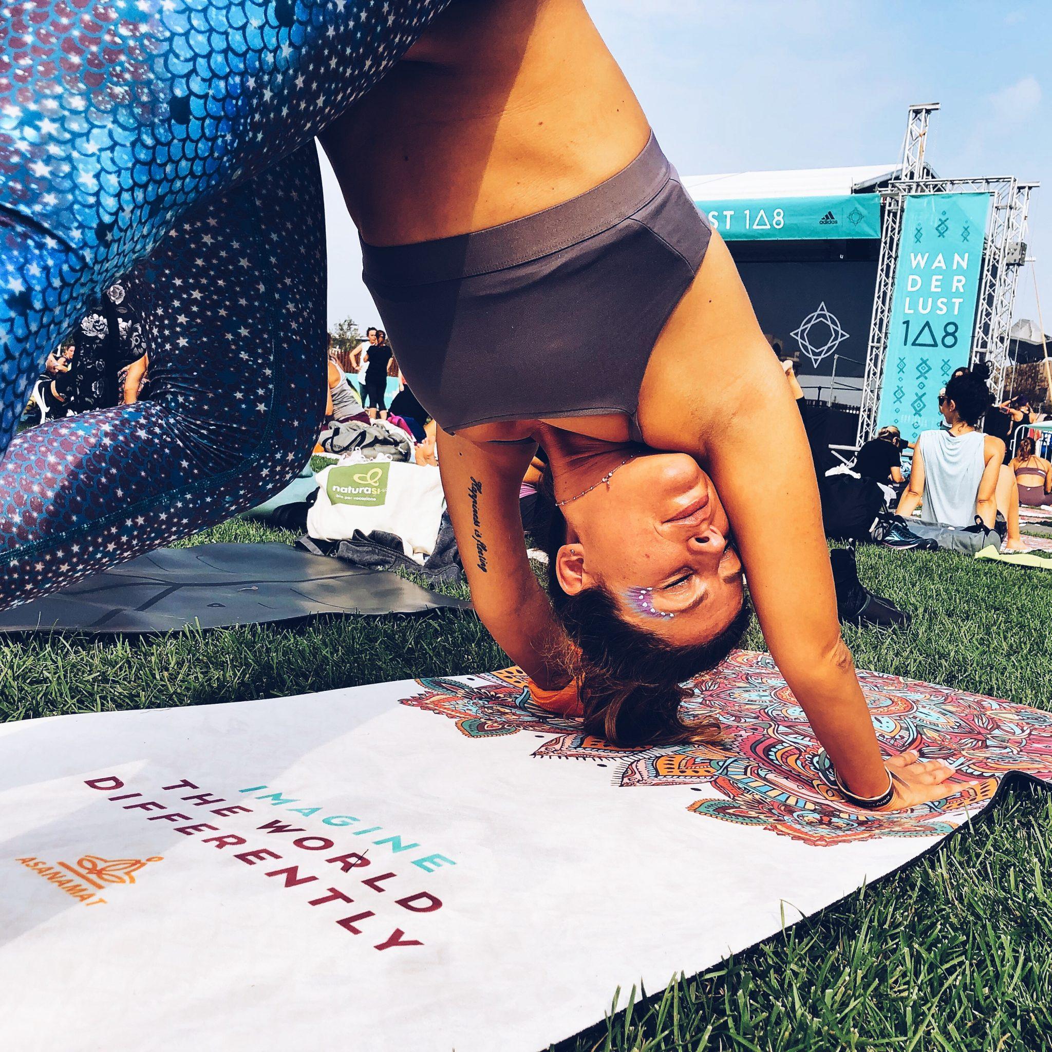 Ragazza che fa yoga durante il Mindful Triathlon - Wanderlust 108 di Milano