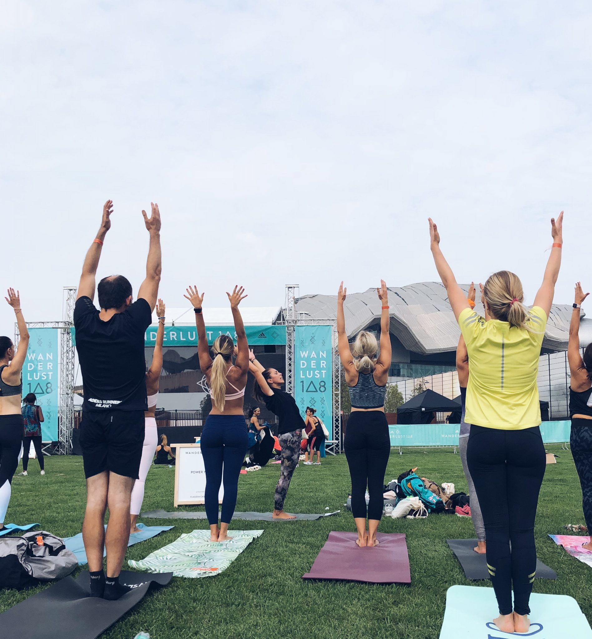 Sessione di Yoga durante il MIndful Triathlon - Wanderlust 108 a Milano - foto di tatianaberlaffa.com