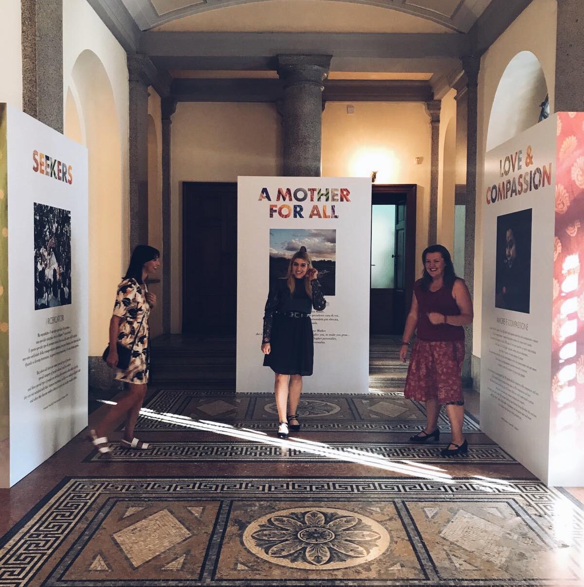 Tre donne alla Mostra Esperienziale su Shri Mataji, Sahaja Yoga e risveglio energia Kundalini a Milano nel settembre 2018 - foto di tatianaberlaffa.com