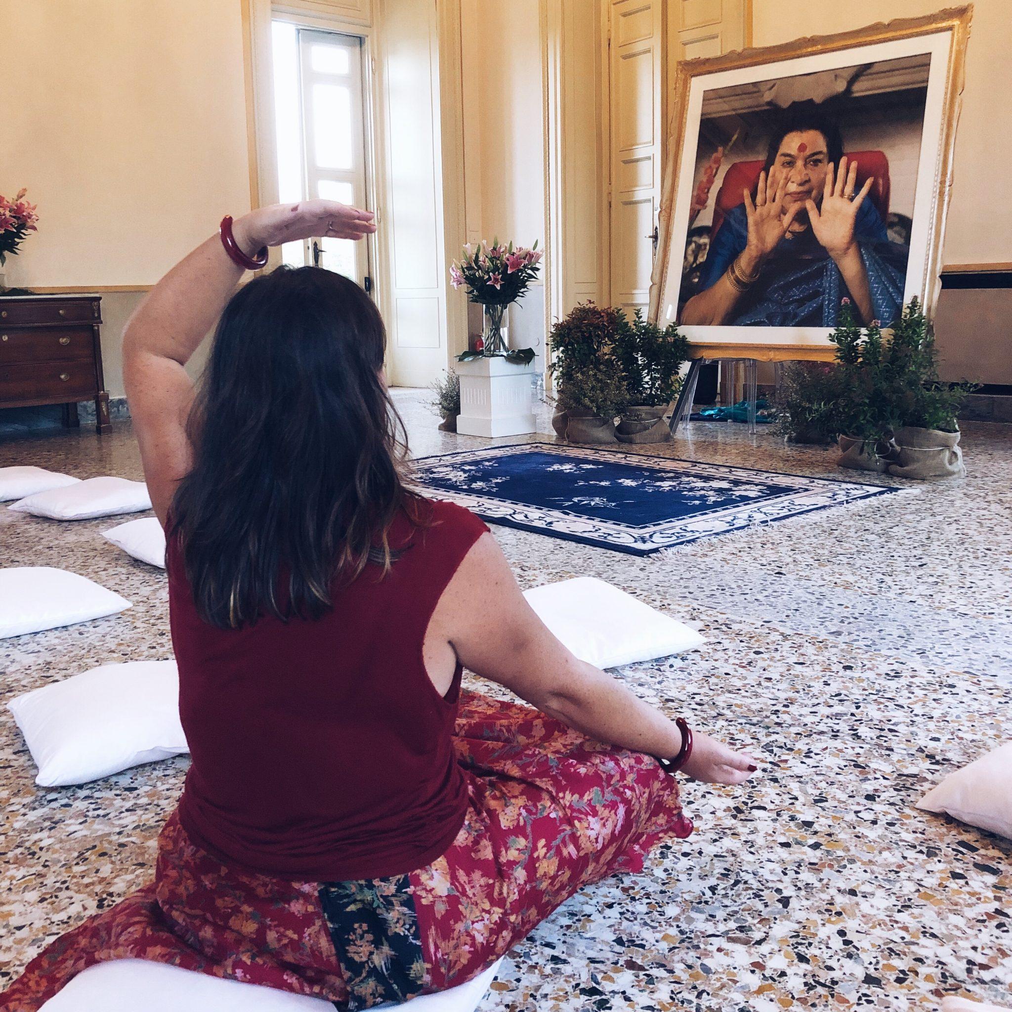 Donna che pratica il risveglio dell'energia Kundalini nel Sahaja Yoga di fronte ad una foto di Shri Mataji - foto di tatianaberlaffa.com