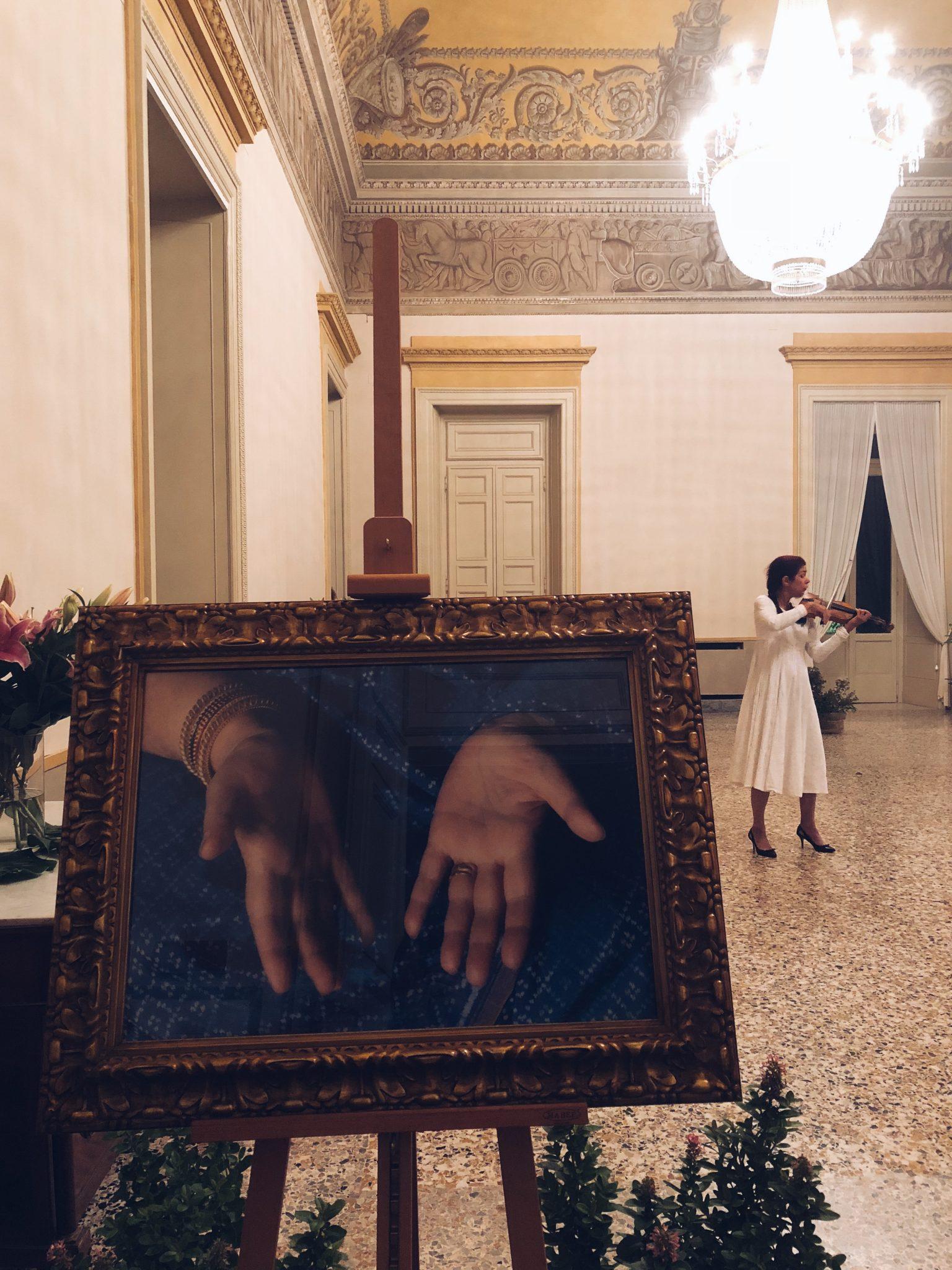 Violinista che suona all'interno di Palazzina Appiani a Milano in occasione della mostra su Shri Mataji - foto di tatianaberlaffa.com
