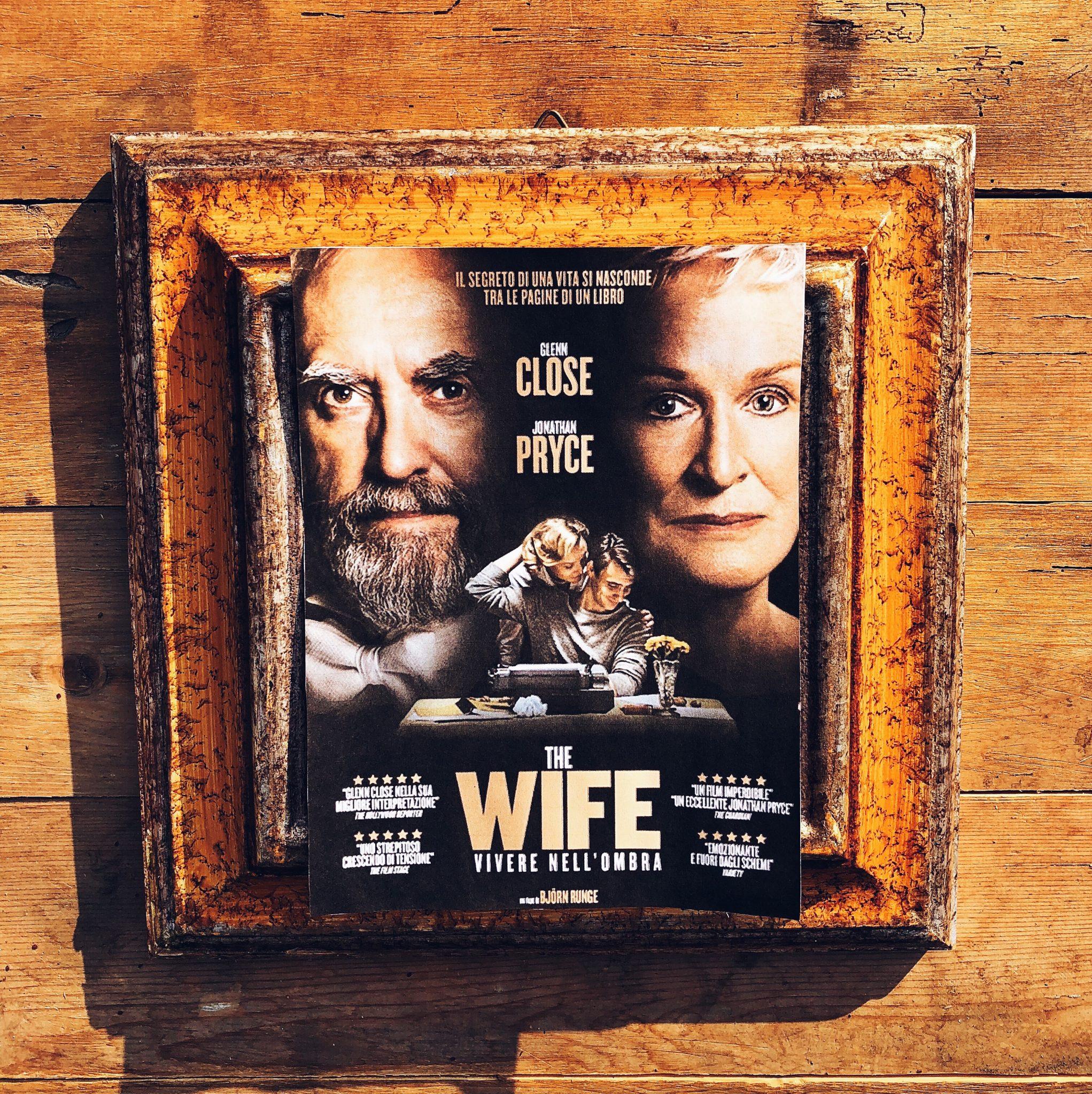 Locandina del film The Wife all'interno di una cornice antica appoggiata su assi di legno - foto di tatianaberlaffa.com