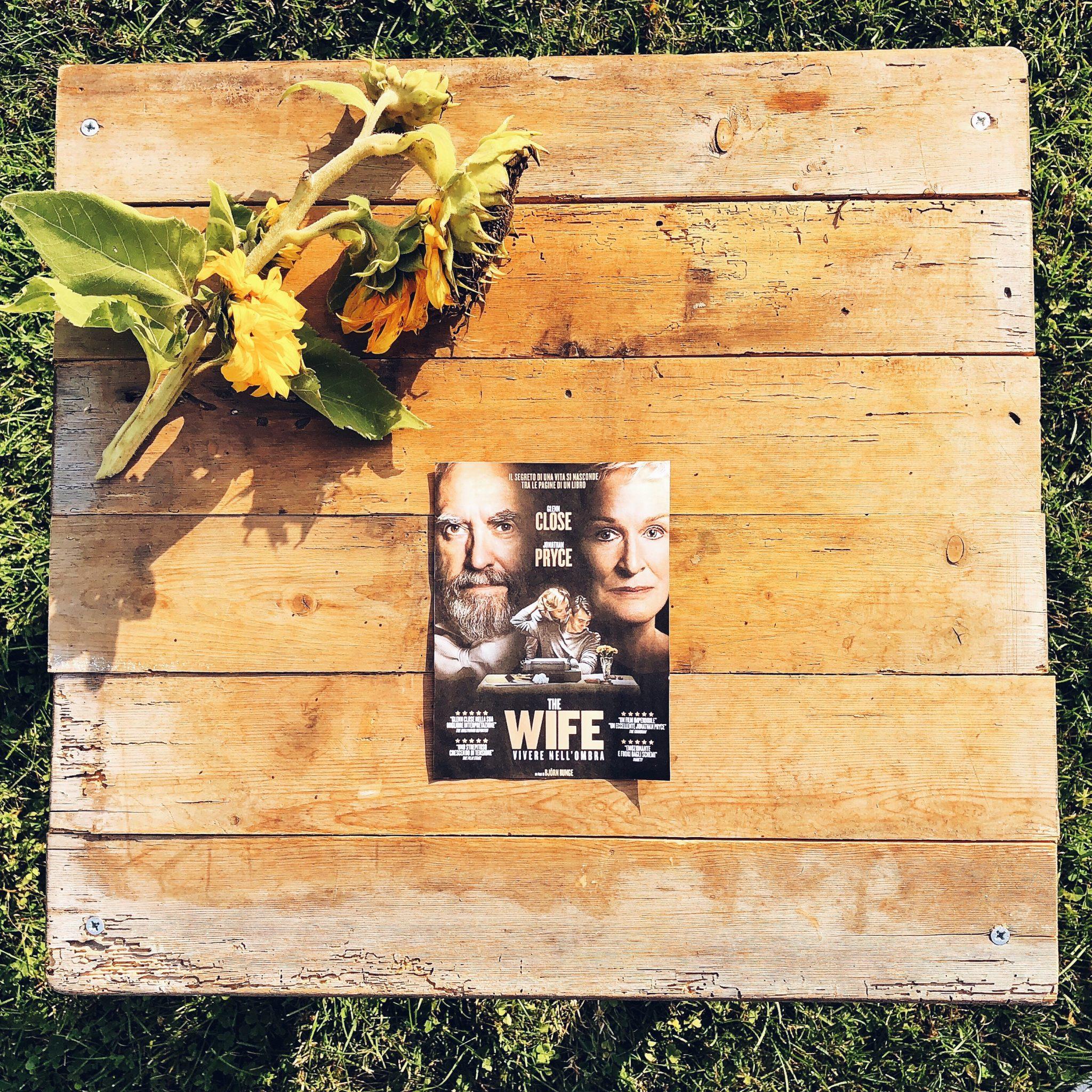 Locandina del film The Wife appoggiata su assi di legno - foto di tatianaberlaffa.com