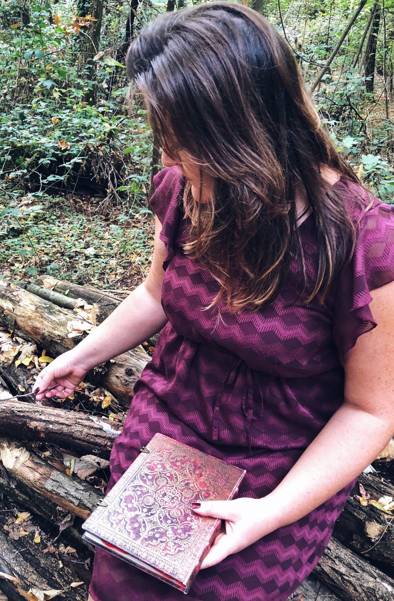 Donna nel bosco con un regalo di Natale in mano: un'agenda - greenteafornreakfast.com
