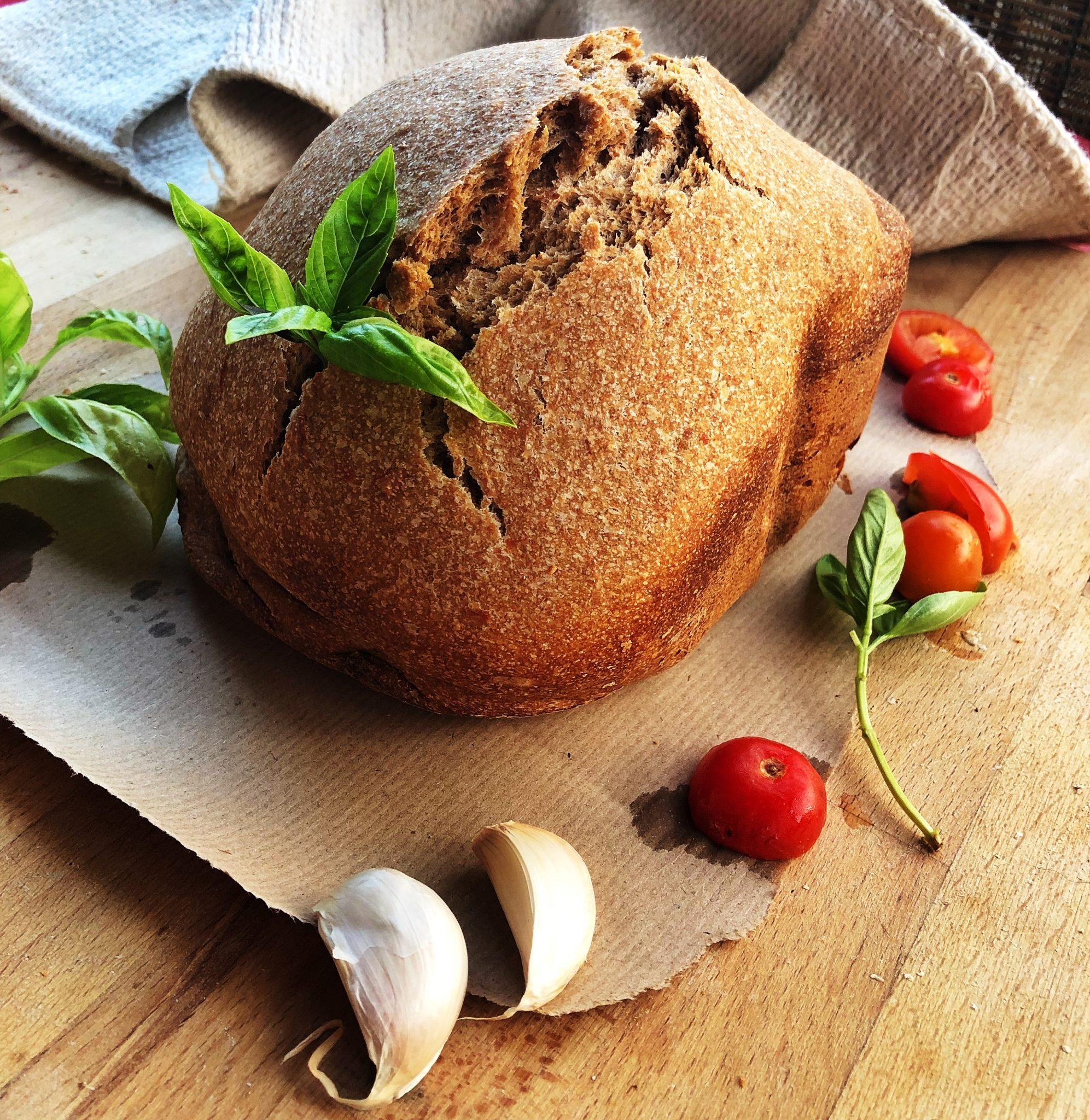 Mindful eating: Pane fatto in casa con pomodorini, basilico e aglio - tatianaberlaffa.com