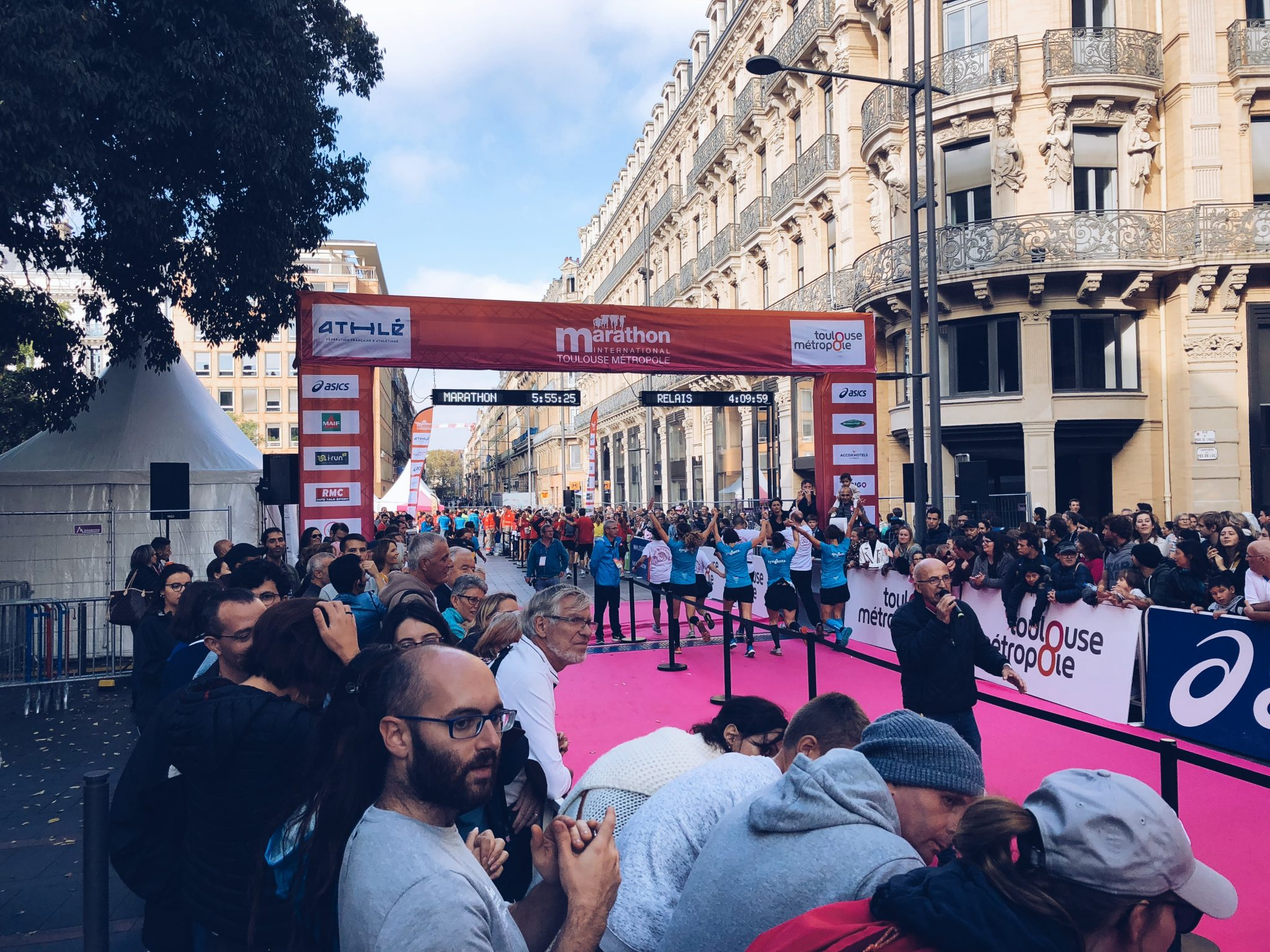 Arrivo di un gruppo di ragazze della Maratona a staffetta di Tolosa - Tolosa: 3 modi di vedere la città - tatianaberlaffa.com
