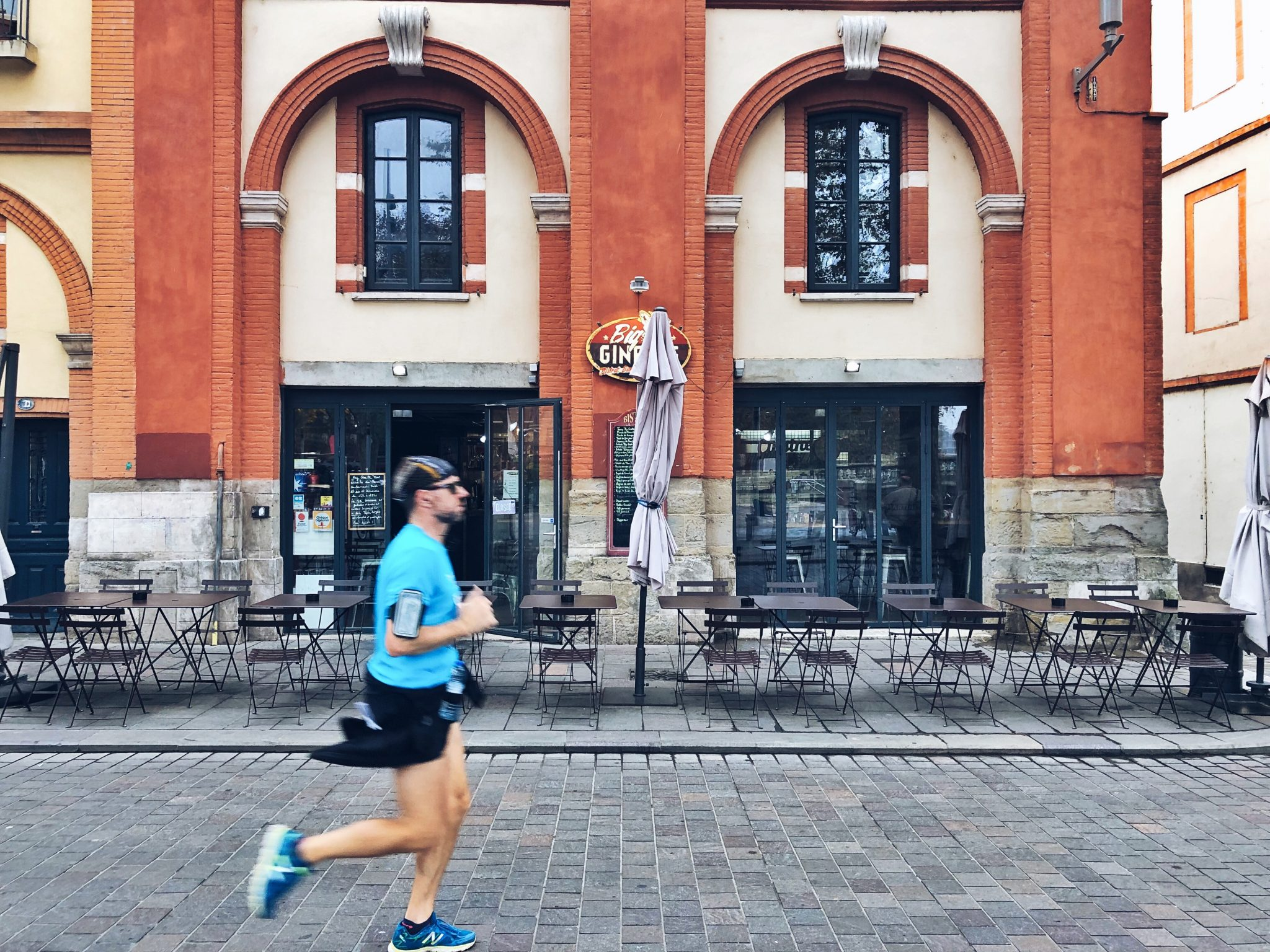 Uomo che corre alla Maratona di Tolosa - Tolosa: 3 modi per visitarla - tatianaberlaffa.com