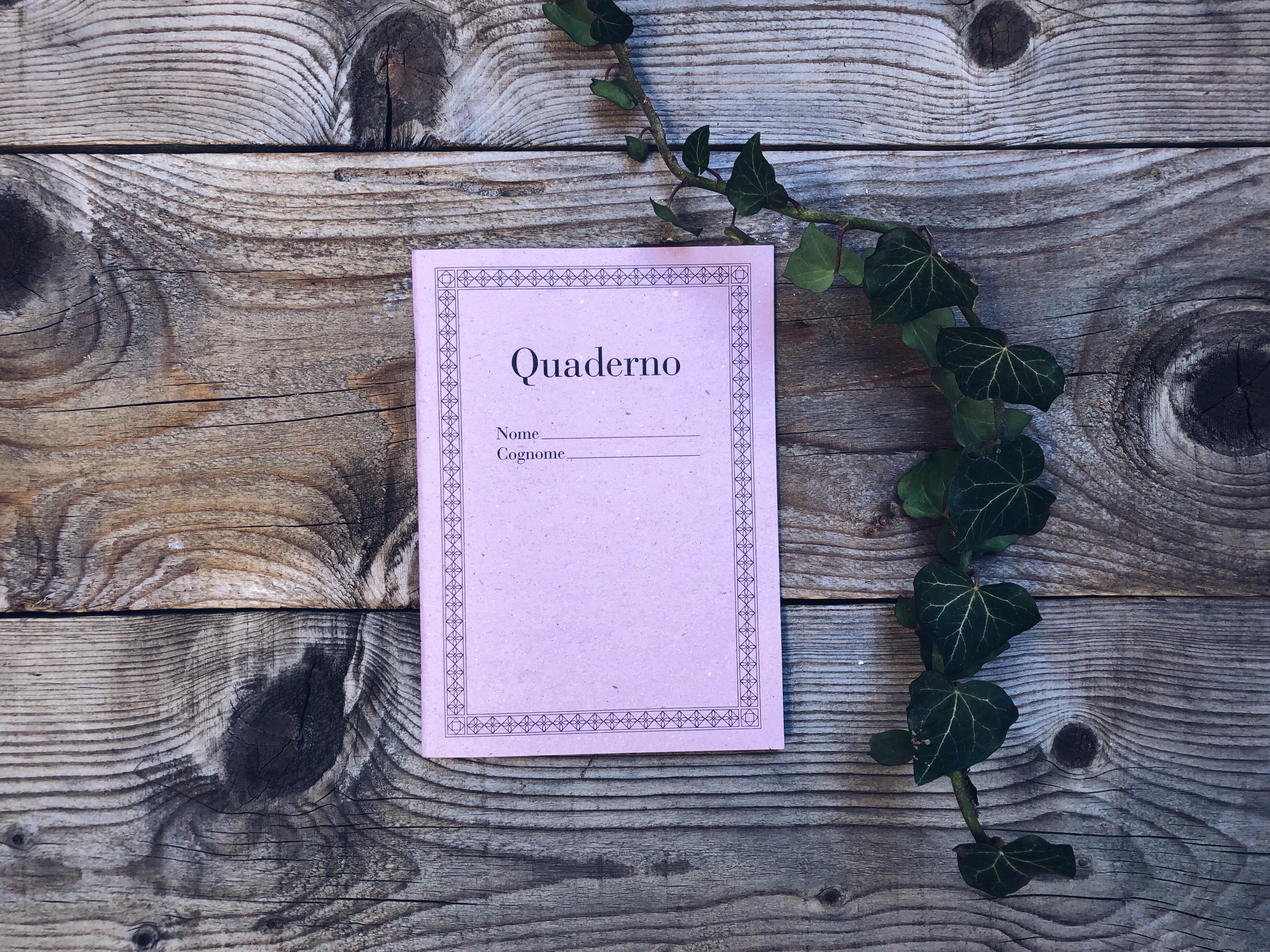 Come trovare la tua voce per comunicare On Line - quaderno vintage color lilla appoggiato su assi di legno - tatianaberlaffa.com