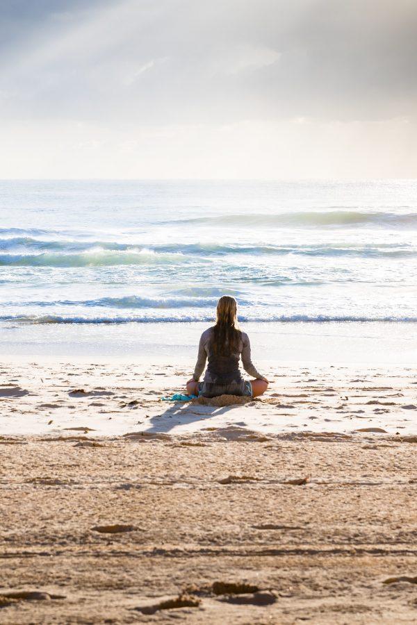 Differenza tra Meditazione e Mindfulness: il giudizio - donna che medita sulla spiaggia - tatianaberlaffa.com