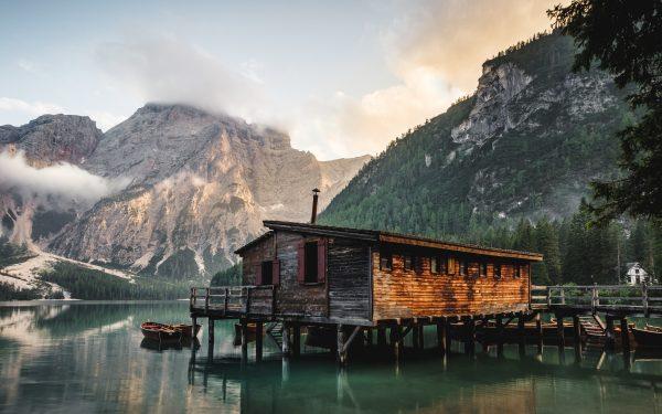 turismo sostenibile - casa immersa nella natura