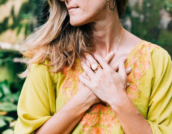 Donna ipersensibile con le mani sul cuore