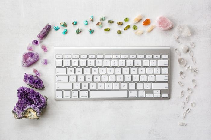 Tastiera del computer circondata da cristalli
